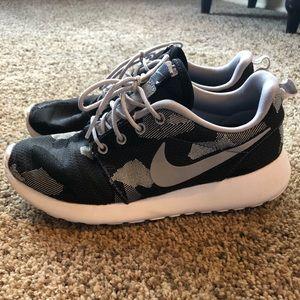 FIRM PRICE Nike Roshe Jacquard (Size 6)